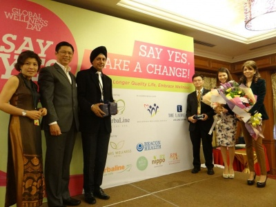 From left - Mrs Low, CK Low, Dato Dr Rajbans, Sam Yee, Mei Sze and Datin....jpg